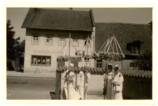 1940: Mit Volksbank und Brezenbäumchen